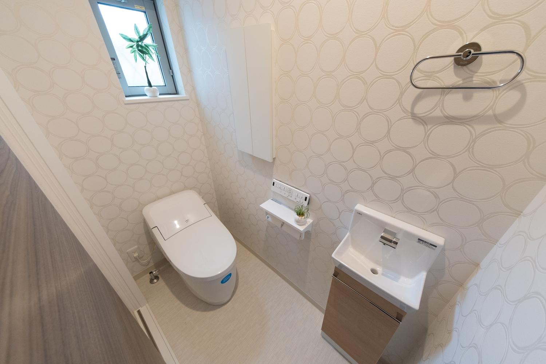 1階トイレ/手洗いを設置した使い勝手のよい空間です。ドット柄のクロスがスタイリッシュな印象に。