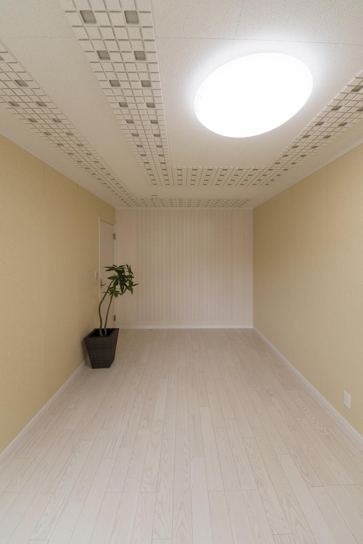 優れた吸音性・遮音性でホームシアターや、ピアノ室に最適な音響用の天井材、壁材を施しました。