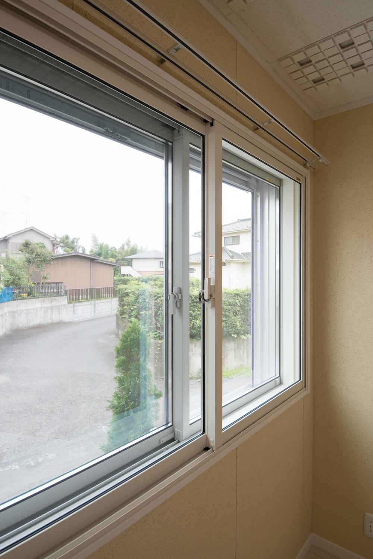窓を二重にする事で、窓と窓の間に空気層が生まれ壁の役割となり、断熱効果や防音効果を生み出します。
