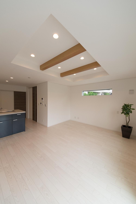 化粧梁をうまく利用し、一部折り上げ天井にすることで、より開放感のあるリビングになりました。