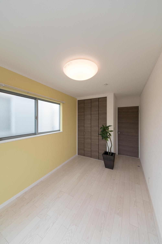 2階洋室/イエローのアクセントクロスが空間を明るくし、気持ちも明るくしてくれます。