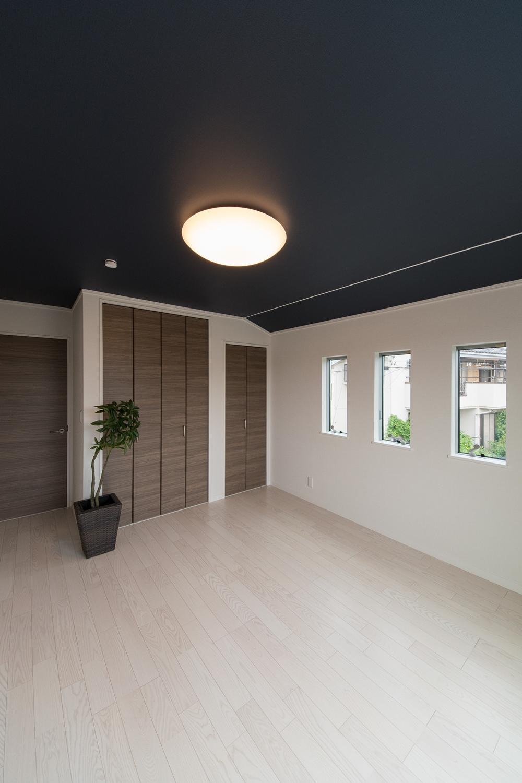 3連の窓が、やさしい光とさわやかな風を室内へと誘います。