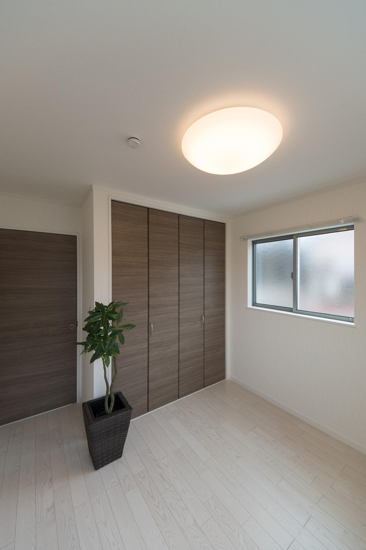 2F洋室/アッシュホワイトのフローリングとダークブラウンの建具が、スタイリッシュな空間を演出。