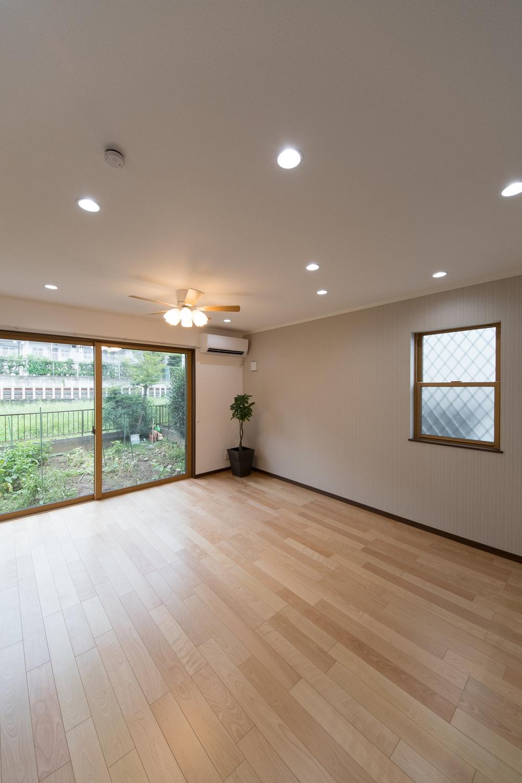 大きな窓から自然のやさしい光が降り注ぐ、開放的なリビング空間。