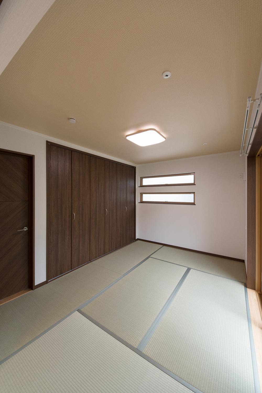 1階畳敷き洋室/横長の窓とダークブラウンの建具が畳とマッチして、和モダンな雰囲気に。