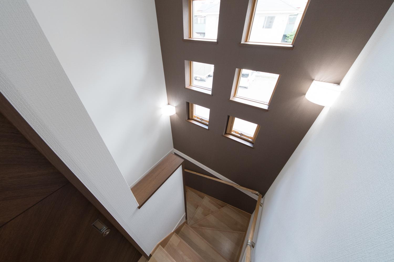 明るい光が差し込む階段。6つ並んだキューブ型の窓が魅力的です。