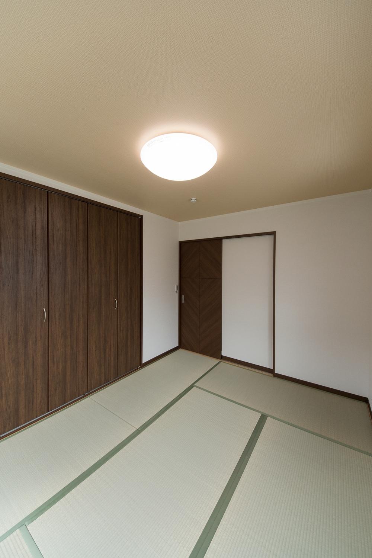 2階畳敷き洋室/ダークブラウンのクローゼットが畳とマッチして、和モダンな雰囲気に。
