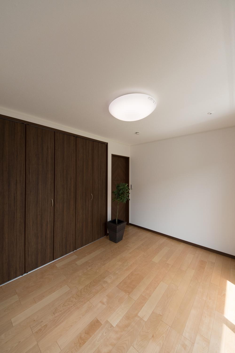 木の優しい風合いを感じる、穏やかでくつろげる2階洋室。