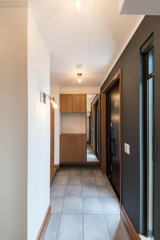 ゆとりのある玄関スペース。照明の柔らかな光が空間を彩ります。
