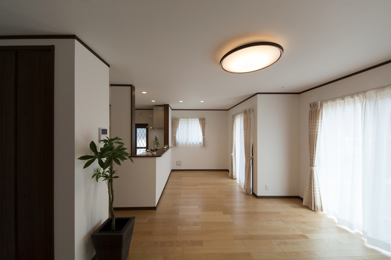 大きな窓から自然のやさしい光が降り注ぐ、明るく開放的なLDK。