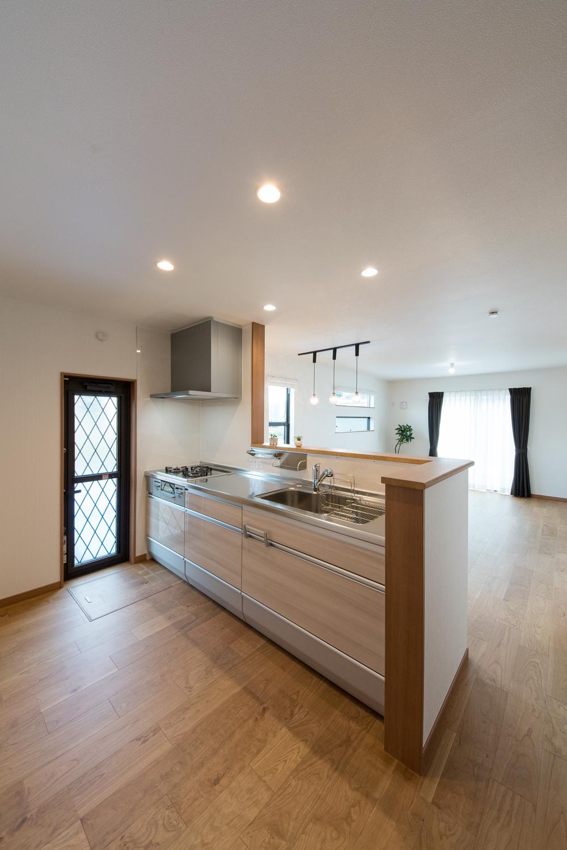 キッチンの扉カラーは、木目調のベージュ色。ナチュラルな印象になりました。