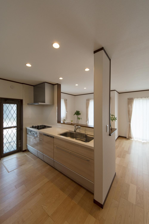 広々としたキッチンスペース。扉カラーは木目調のベージュでナチュラルな印象に。