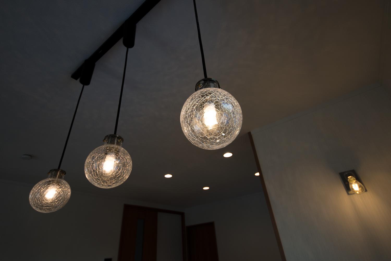 透明吹きガラスのペンダントライト。柔らかな光が、ダイニングをやさしく照らします。