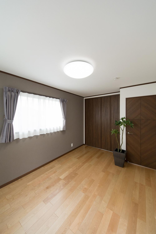 2F洋室/グレーのアクセントクロスが空間を引き締め、モダンな雰囲気を演出。