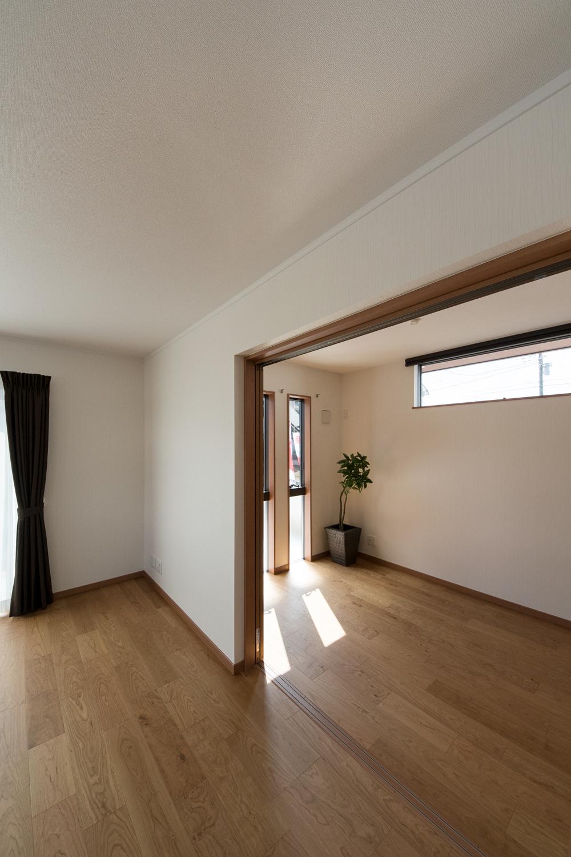 扉を開けてひとつなぎになった洋室はリビングに開放感をプラスしてくれます。