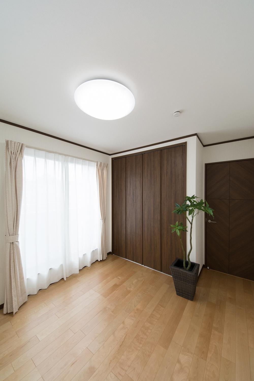 2F洋室/大きな窓から自然のやさしい光が降り注ぎます。