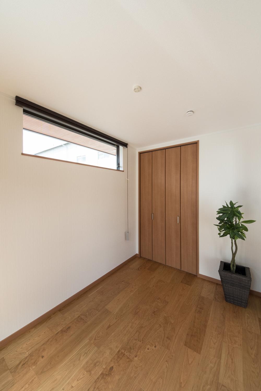 1階洋室/ピアノを置く為、横窓を高い位置に設置しました。床はピアノ用に補強しています。