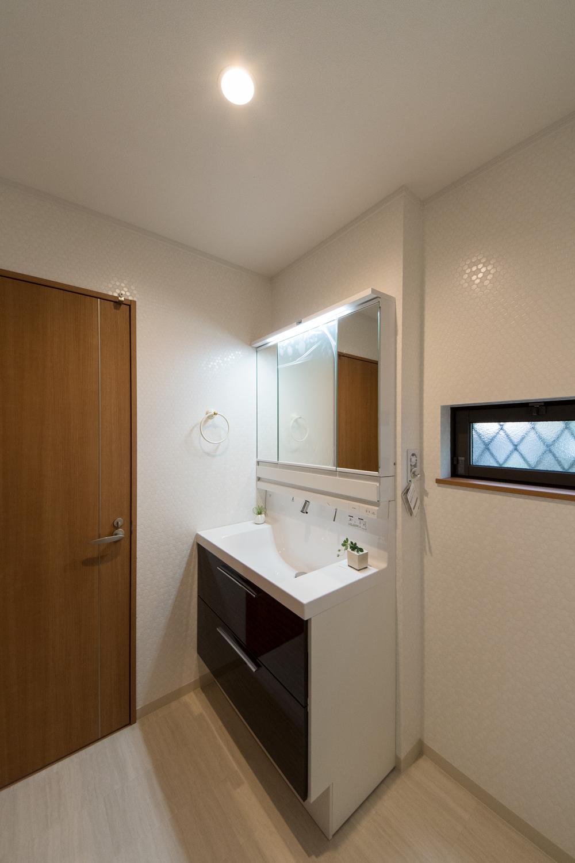 サニタリールーム/タイルをモチーフにしたノスタルジックな白い壁と石目調の床が清潔感ある空間を演出。