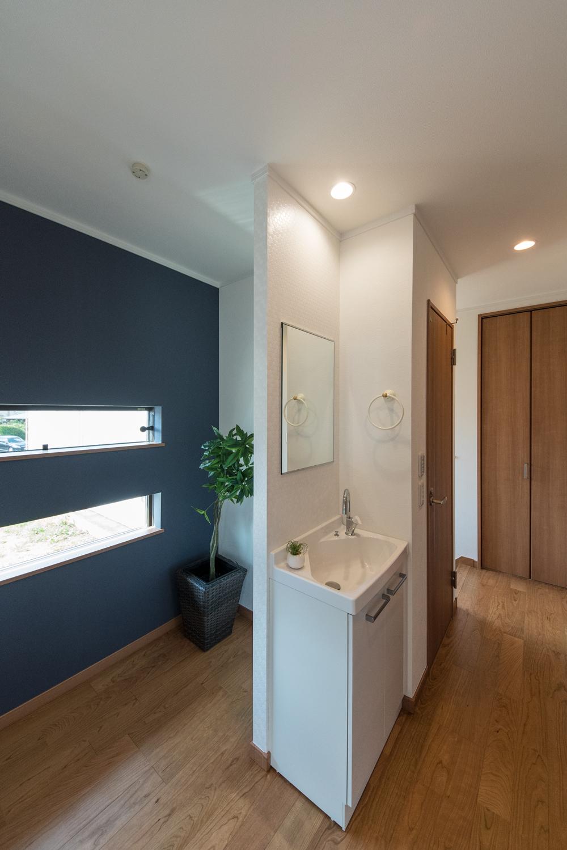 二連の横窓から光が差し込む2階ホール。洗面を設えました。