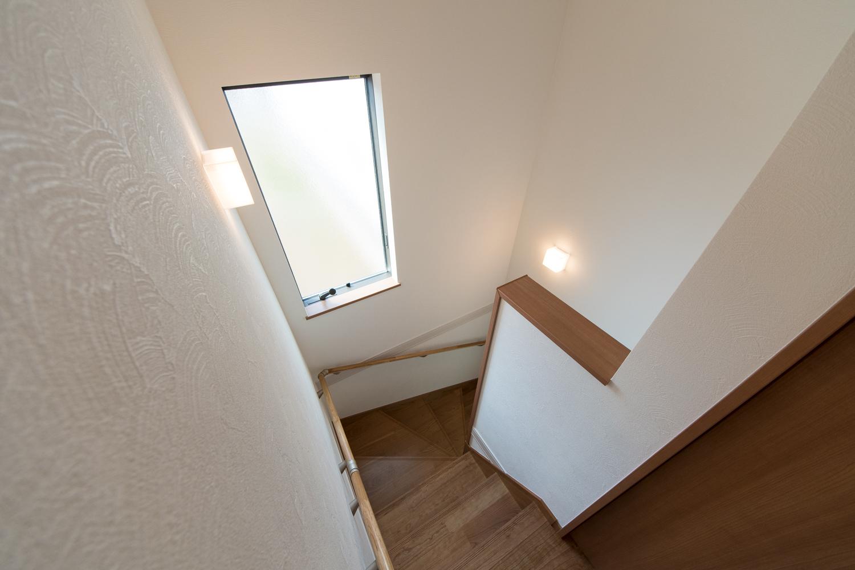 大きな窓を設置し、通風も採光も良く開放感ある階段に。