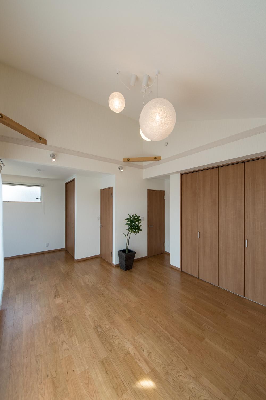 2階洋室/お子様の成長に合わせて、将来2部屋に出来る2ドア1ルーム。