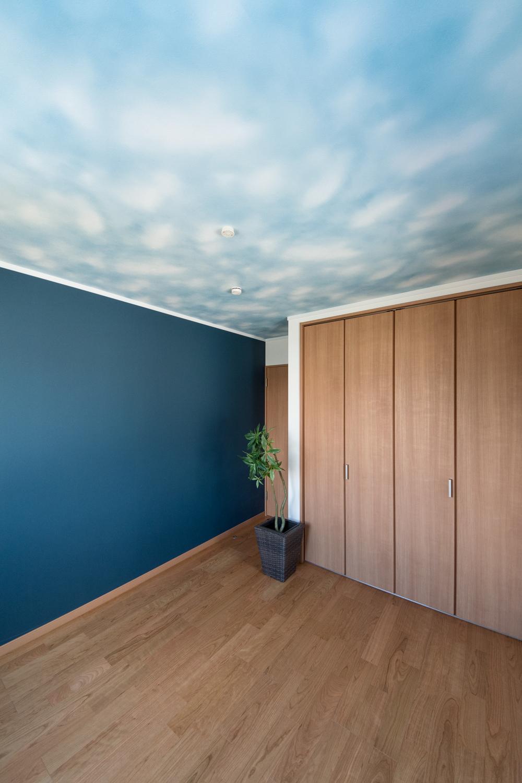2階洋室/天井のクロスが個性的な空間を演出。