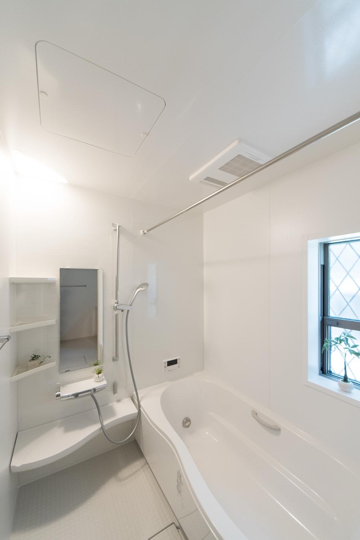 白い木目の自然な風合いのアクセントパネルが空間に温もりをあたえます。