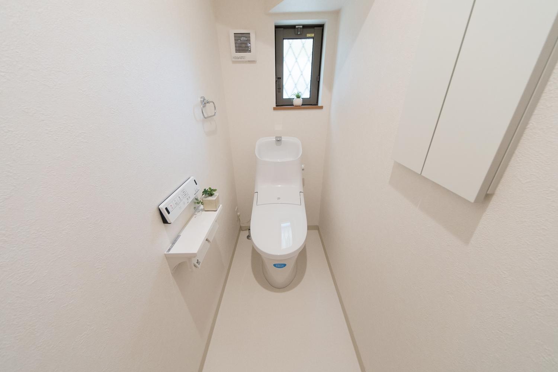 1階トイレ。白を基調とした清潔感のある内装。
