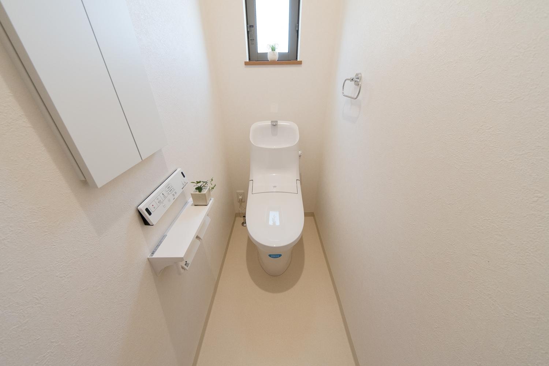 2階トイレ。白を基調とした清潔感のある内装。