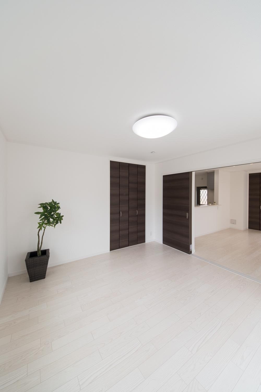 1階洋室/扉を開けてひとつなぎになったお部屋はリビングに開放感をプラスしてくれます。