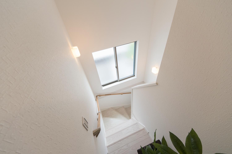 大きな窓で、通風も採光も良い開放感ある階段に。