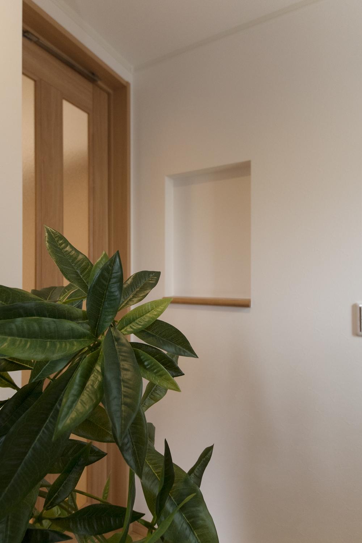 玄関にはニッチカウンターを設置。小物などをおしゃれにディスプレイできます。