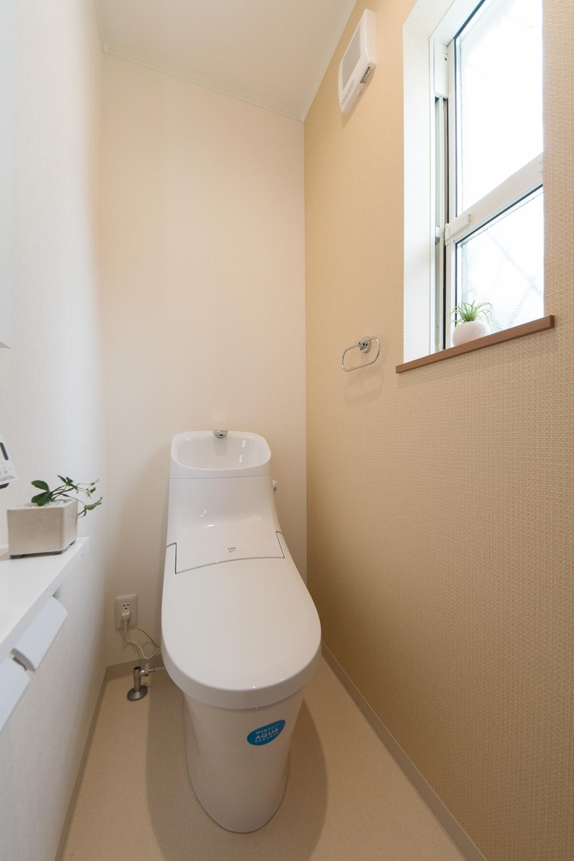 1階トイレ/ベージュのアクセントクロスがナチュラルな空間を演出。