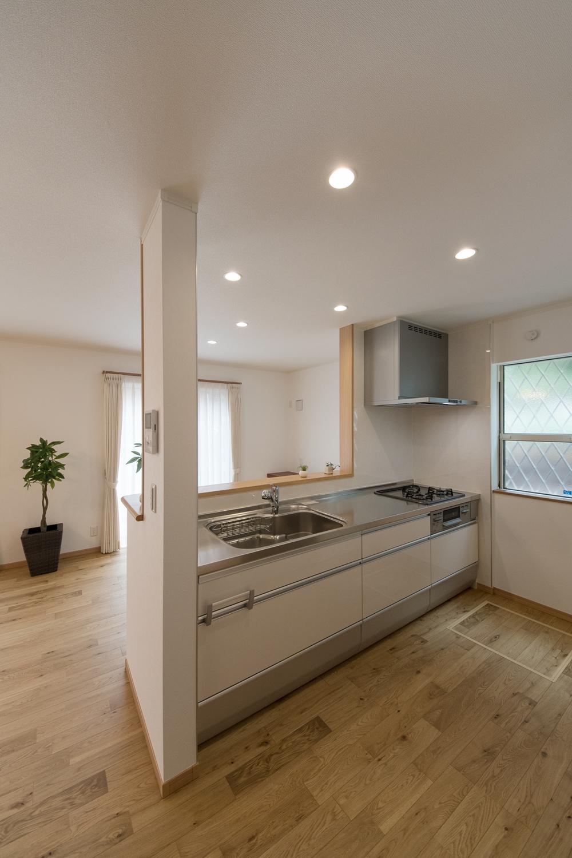 白を基調とした清潔感のあるキッチン。家事を楽しみながら部屋全体を見渡せる対面式です。