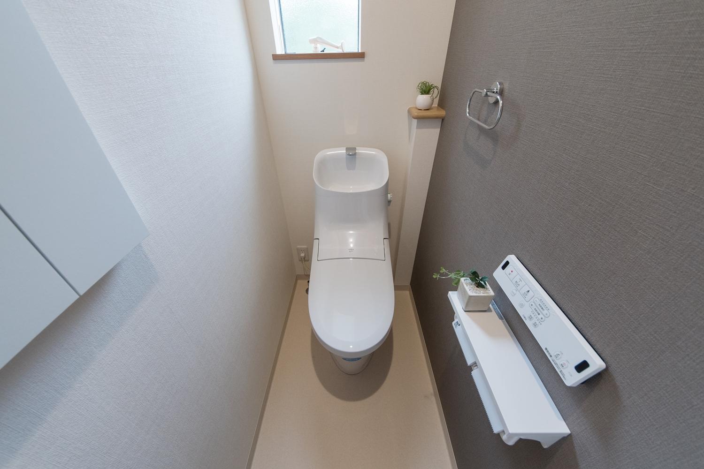 2階トイレ/グレーのアクセントクロスがモダンな空間を演出。