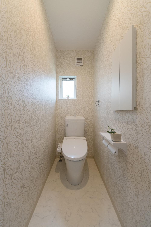 1階トイレ/植物をモチーフにしたクロスが上質な空間を演出。