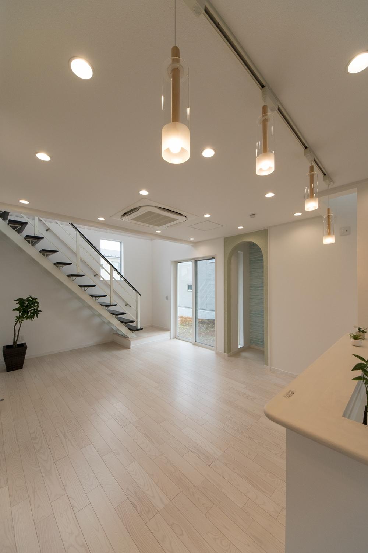 オープン階段と吹き抜けが空間を彩ります。