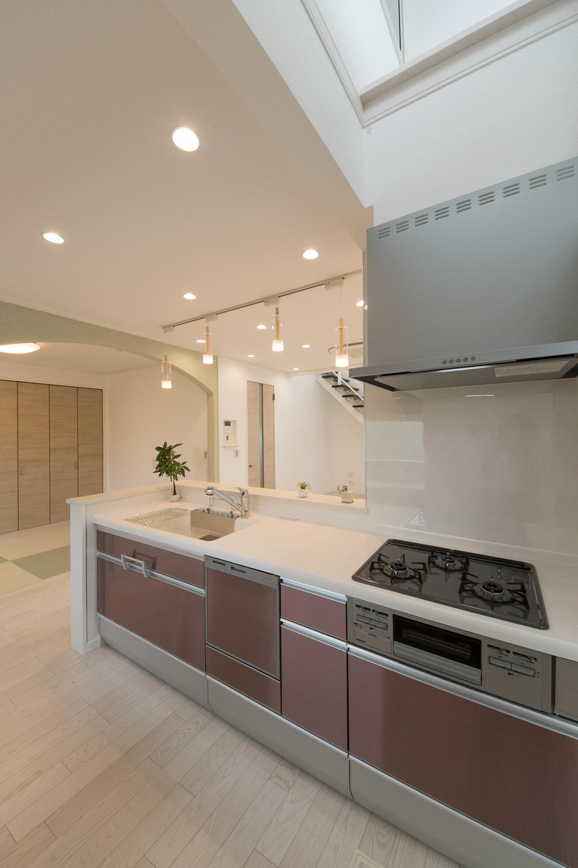 キッチンの扉カラーはワインの様なロゼ色。カッコ良く、上品な印象になりました。