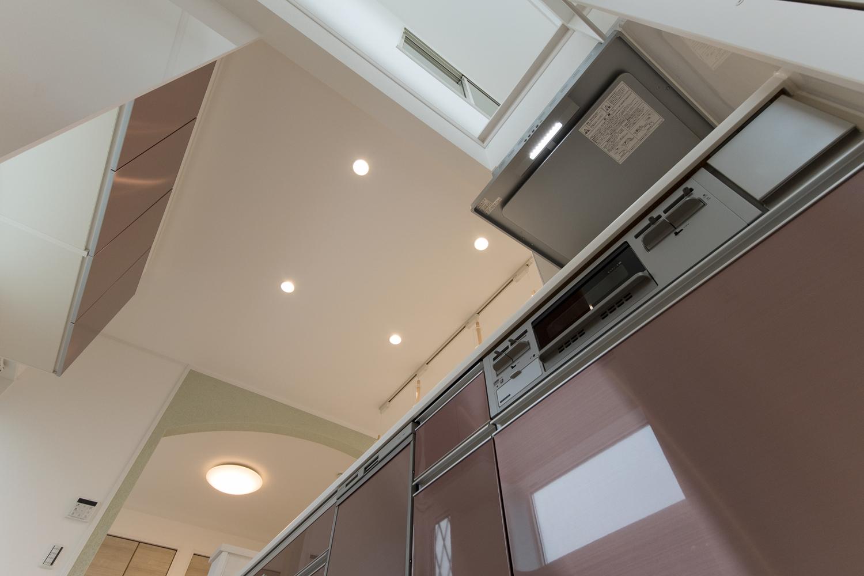 吹抜を採用した開放的で光に溢れた心地よい空間のキッチン。