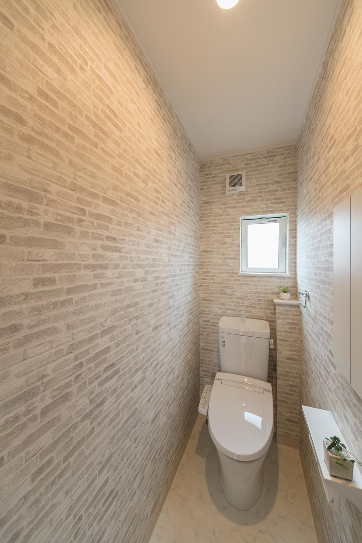 2階トイレ/レンガ調クロスがスタイリッシュな空間を演出。