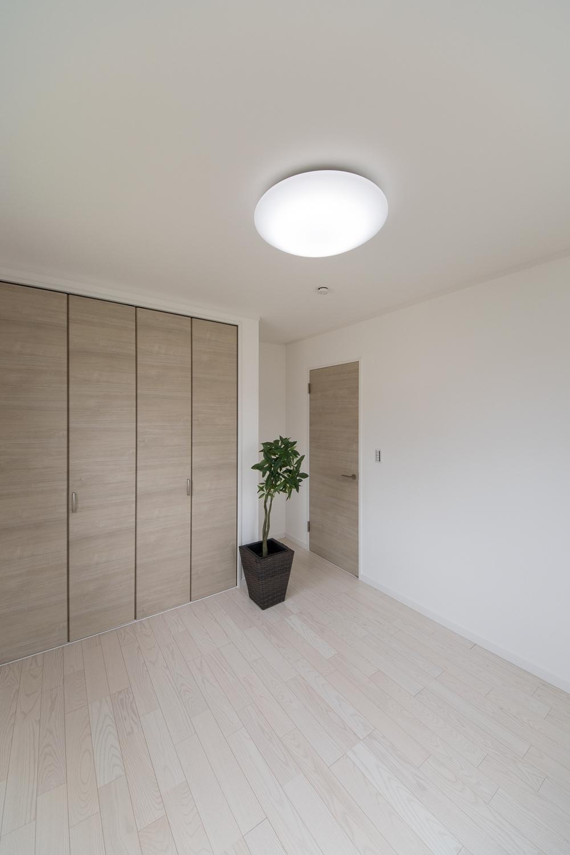 2階洋室/アッシュホワイトのフローリングが、爽やかで明るい空間を演出。
