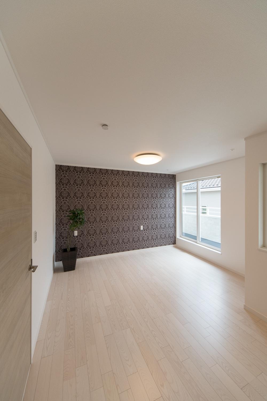 2階洋室/高級感のあるブラウンのパターン柄クロスが上質な空間を演出。