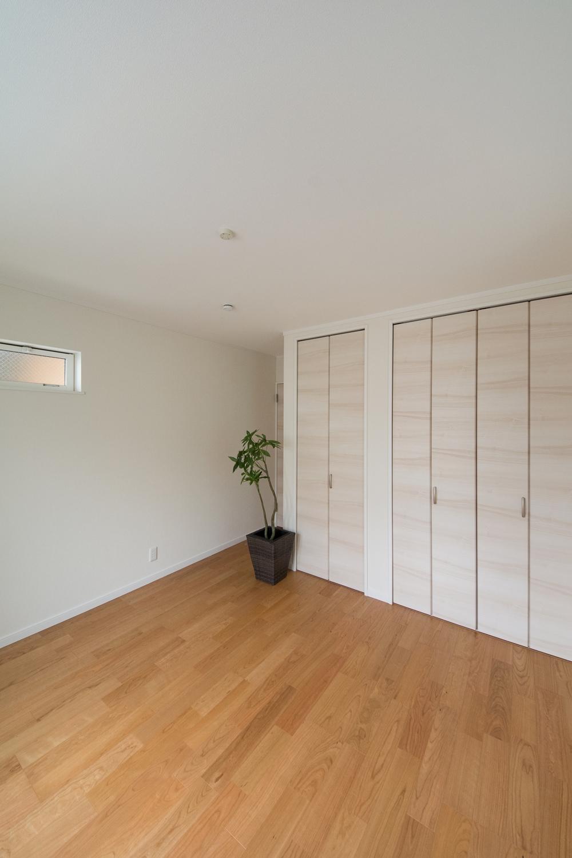 1階洋室/木の優しい風合いを感じる、穏やかでくつろげる洋室。