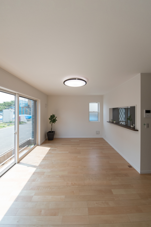 一面に配した大きな窓が、明るく開放感溢れる寛ぎのリビング空間を演出。