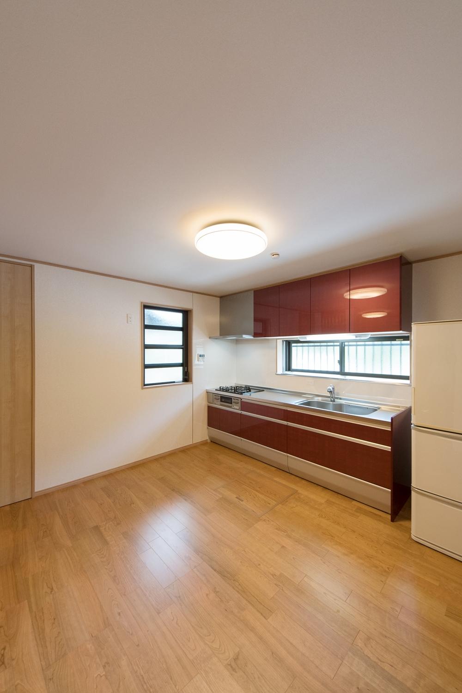 1階LDK/キッチンの位置を南側から西側に改装。キッチンに合わせて窓の形も変更しました。