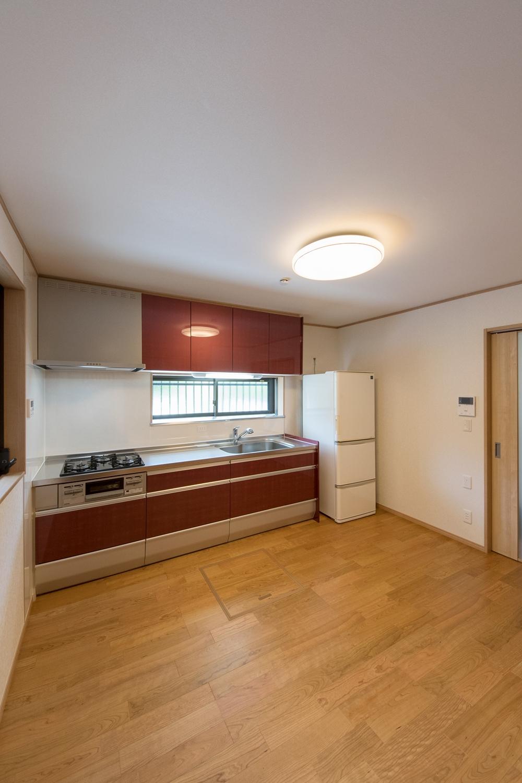 キッチン/扉カラーは光沢のあるワイン色。大きくて機能的でカッコ良いキッチンに生まれ変わりました。