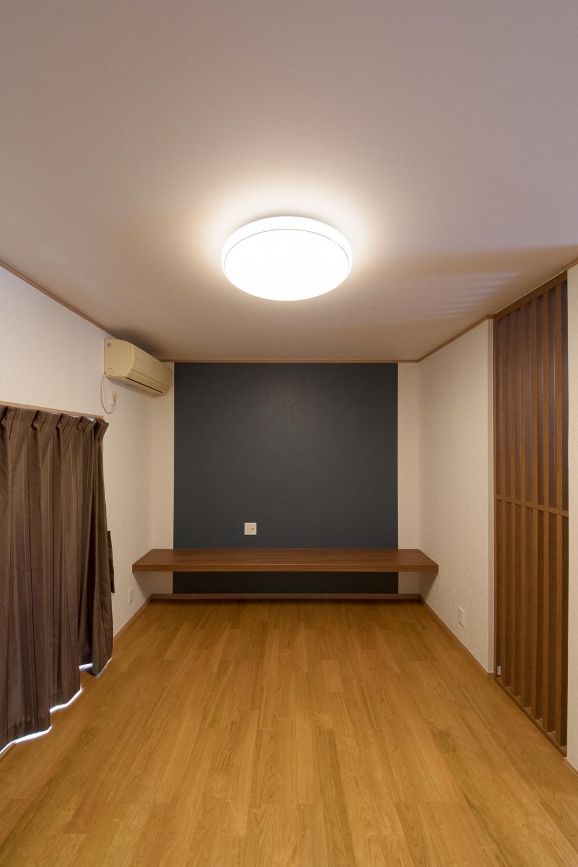 1階LDK/造り付けのテレビボード周りにあしらった紺のアクセントクロスがモダンな空間を演出。