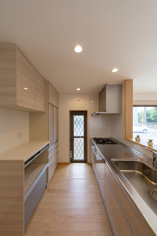 ナチュラルな配色のキッチンスペース。カップボードの扉カラーはキッチンとお揃いにしました♪