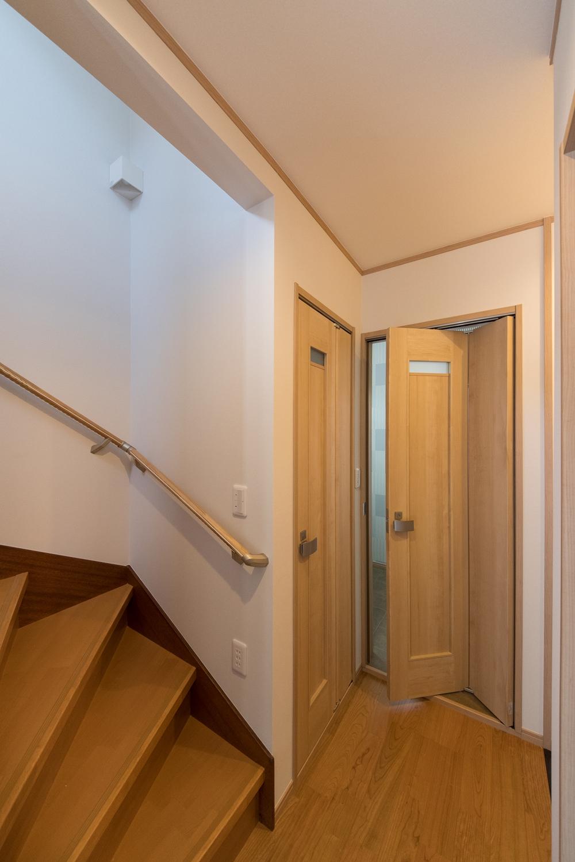 狭いスペースでも開け閉め可能な、折れ戸タイプのドアを設置しました。