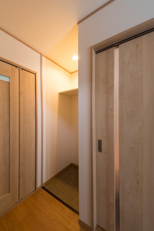 廊下だった場所に、給水・棚・照明を取り付けて、洗濯機置き場に改装しました。